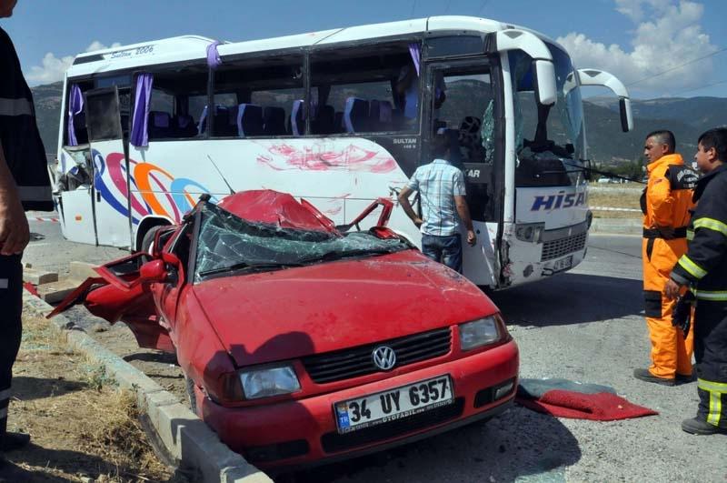 Midibüs otomobille çarpıştı: 20 yaralı 3