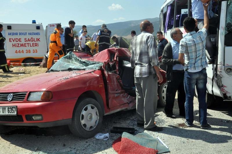 Midibüs otomobille çarpıştı: 20 yaralı 4