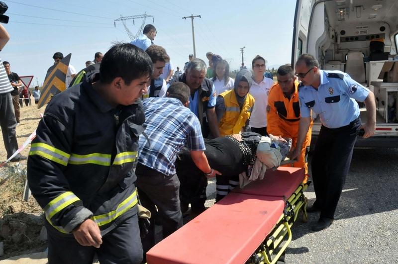 Midibüs otomobille çarpıştı: 20 yaralı 5