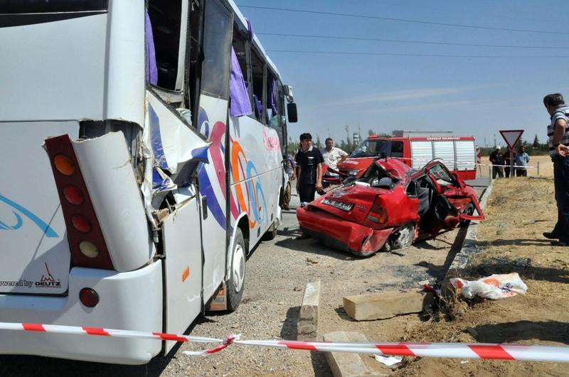 Midibüs otomobille çarpıştı: 20 yaralı 6