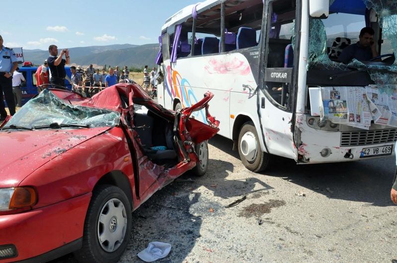 Midibüs otomobille çarpıştı: 20 yaralı 9