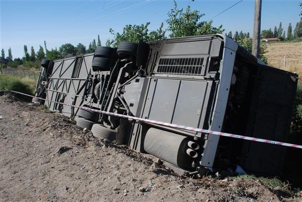 Yolcu otobüsü devrildi: 8 ölü 4