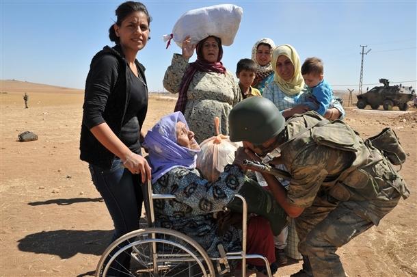 Mehmetçik Suriyelilerin yardımına koştu 24