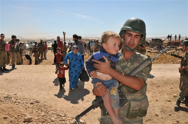 Mehmetçik Suriyelilerin yardımına koştu 3