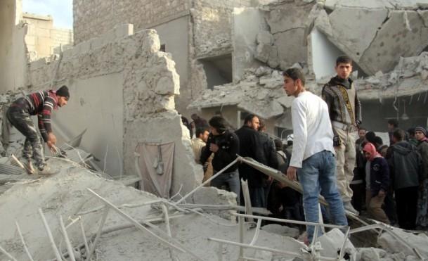 """Esed güçleri Halep'i """"varil bombasıyla"""" vuruyor 11"""