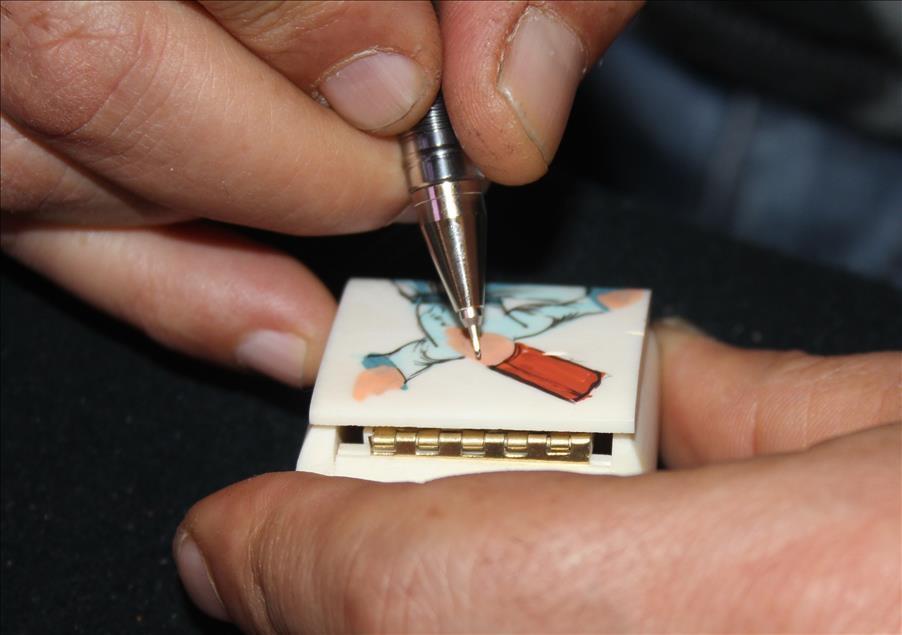 Deve kemiğine minyatür çiziyor 2