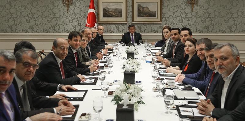 Ahmet Davutoğlu gazetecilerle birlikte Katar'a gitti 2