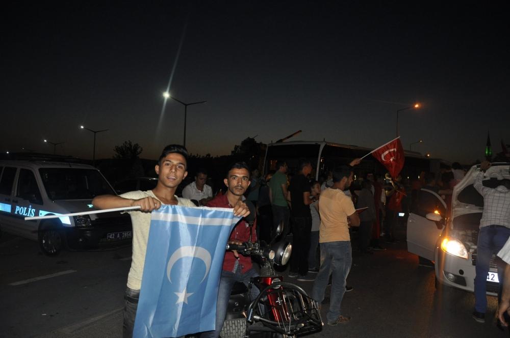 Konya'da darbeye karşı gece nöbeti 10