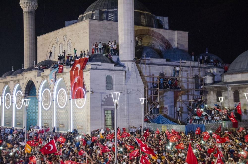 Konya'da darbeye karşı gece nöbeti 3