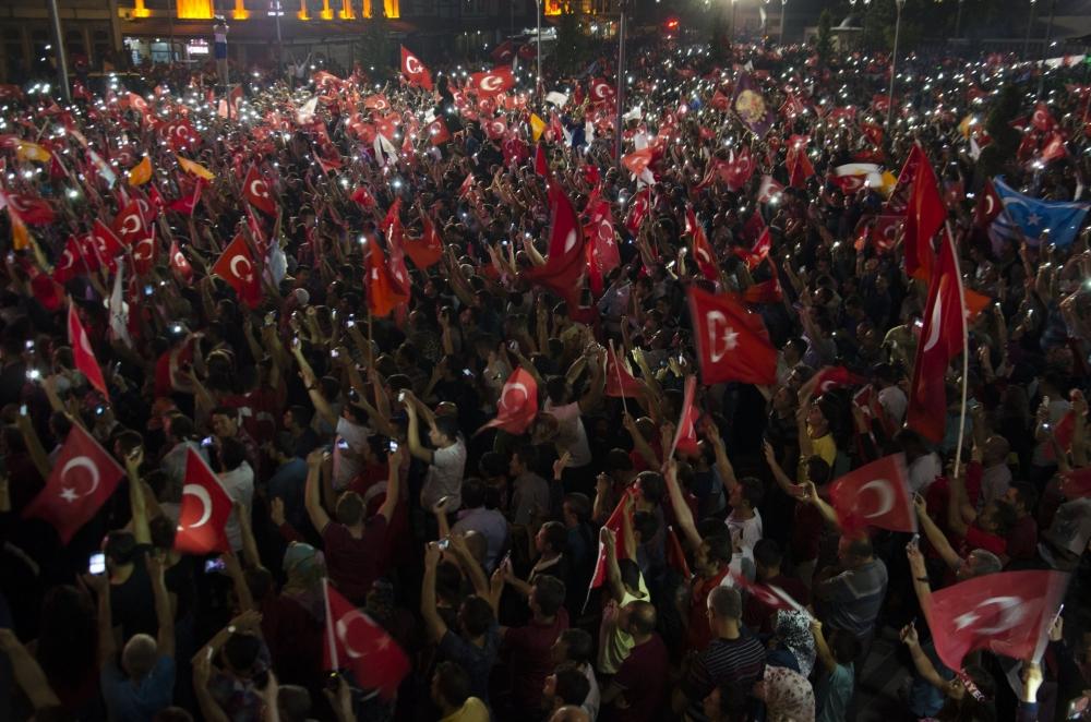 Konya'da darbeye karşı gece nöbeti 5