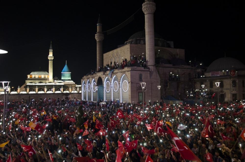 Konya'da darbeye karşı gece nöbeti 6