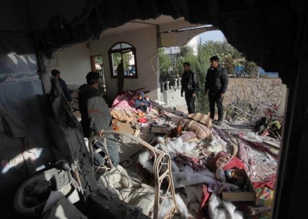 İsrail'in saldırısı evlerini başına yıktı 1