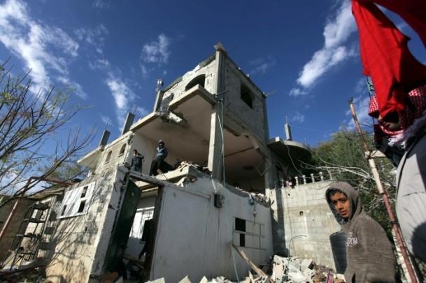 İsrail'in saldırısı evlerini başına yıktı 7