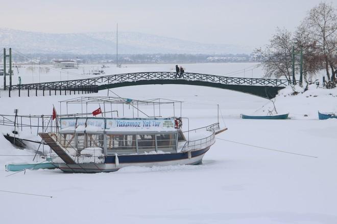 Beyşehir Gölü'nün kıyıları dondu 1