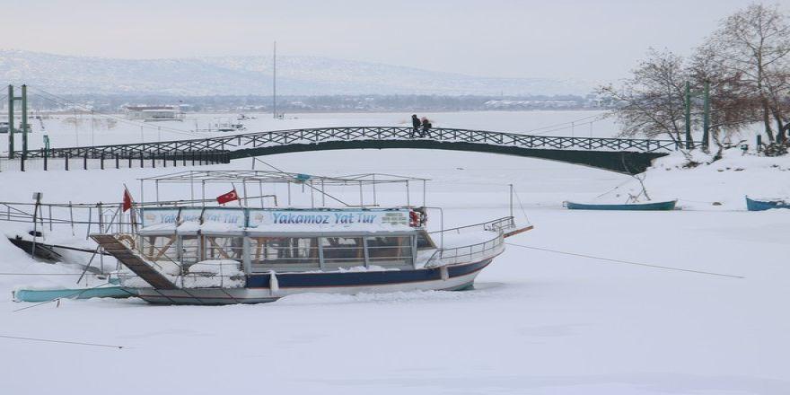 Beyşehir Gölü'nün kıyıları dondu