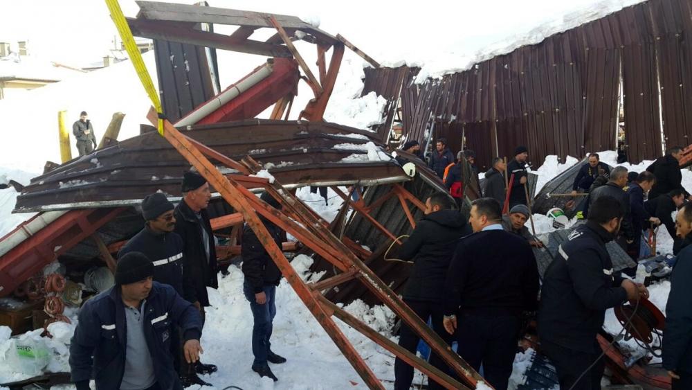 Konya'da kapalı pazar yerindeki göçükten kareler 1