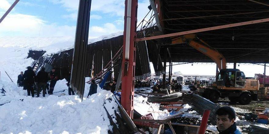 Konya'da kapalı pazar yerindeki göçükten kareler