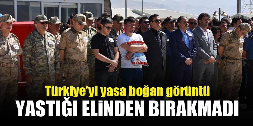 Türkiye'yi yasa boğan görüntü! Yastığı elinden bırakmadı