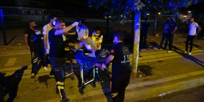 Yol kenarındaki 2 genç silahlı saldırıya uğradı
