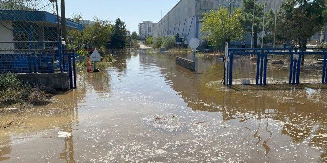 Su borusu patladı, yol göle döndü