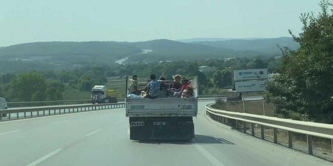 Kamyonet kasasında 8 kişinin tehlikeli yolculuğu