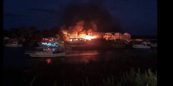 Gemi yapım atölyesinde çıkan yangında 5 tekne zarar gördü