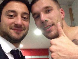 Podolski, Mert'in gözünü morarttı!