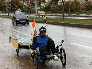 Güneş enerjili bisikletiyle dünyayı geziyor