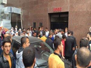 PKK'lılar silahla vurdukları muhtarı aracında yaktı