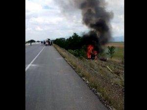 Yoldan çıkarak devrilen araç yandı!