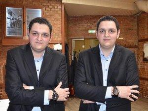 İkizler 23 yıldır benzer kıyafetleri giyiyor