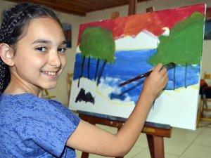 """""""Küçük ressam""""ın tablolarına ilgi"""