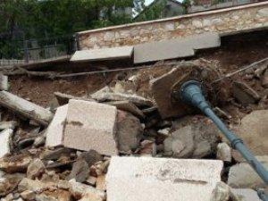 Tarihi caminin duvarı yağmurda yıkıldı