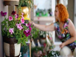 Çiçeklerle süslediği balkonuyla birinci oldu