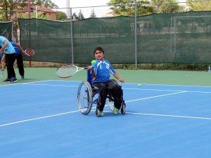 Konya'da engeller tenisle aşılıyor