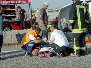Minibüs ile otomobil çarpıştı: 1 ölü, 5 yaralı