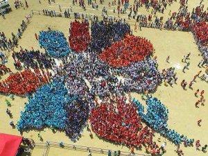 Çiçek olan 10 bin çocuktan 'Guinness rekoru'