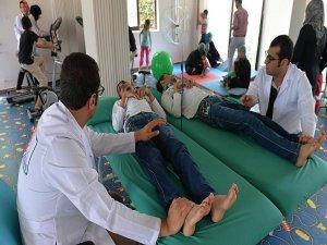 Gönüllü doktorlar savaş mağduru yaralılara merhem oluyor