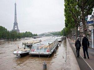 Şiddetli yağış yüzünden Louvre ve Orsay müzeleri kapatıldı
