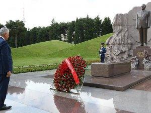 Başbakan Yıldırım Aliyev'in mezarını ziyaret etti