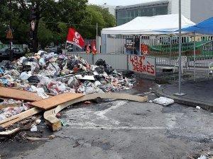 Fransa'da çöp yığınları oluşmaya başladı