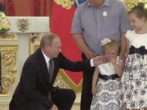 Putin kız çocoğunu ağlattı!