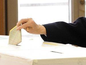 İtalya yerel seçimler için halk sandık başında