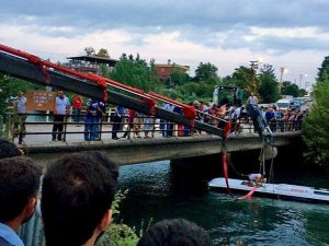 Bus plunges into canal in Turkey, 14 dead