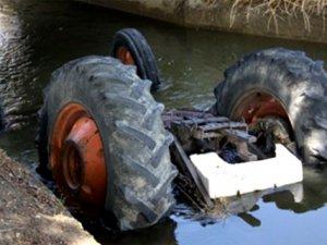 Traktör su kanalına yuvarlandı