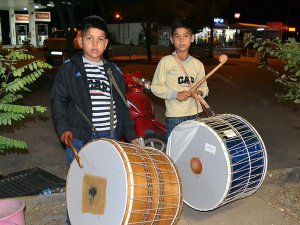Balıkesir'de 'minik' ramazan davulcuları