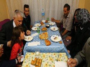 Başbakan Yıldırım gecekonduda iftar sofrasına konuk oldu