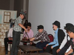 """Seydişehir'de """"Komşu Köyün Delisi"""" oyunu sahnelendi"""