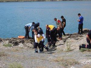 Göle düşen genç kızı polis kurtardı