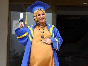 'Karnı burnunda' mezuniyet sevinci yaşıyor